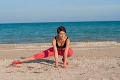 Молодой красивый спортсмен девушки играя спорт на пляже Стоковое Изображение