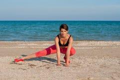 Молодой красивый спортсмен девушки играя спорт на пляже Стоковые Изображения RF