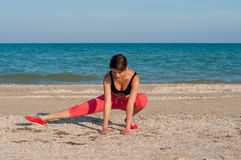 Молодой красивый спортсмен девушки играя спорт на пляже Стоковые Фото