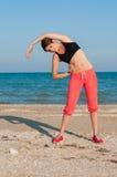 Молодой красивый спортсмен девушки играя спорт на пляже Стоковая Фотография RF