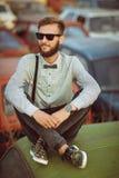 Молодой красивый стильный человек, нося рубашка и бабочка на fie Стоковое Изображение