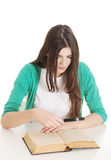 Молодой красивый студент сидя с книгой, чтением, уча. Стоковое фото RF