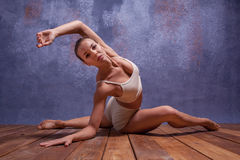 Молодой красивый танцор в бежевых танцах swimwear Стоковая Фотография