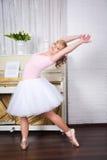 Молодой красивый танцор представляя в студии танца стоковое фото