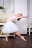 Молодой красивый танцор представляя в студии танца стоковая фотография