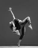 Молодой красивый танцор представляя в студии Стоковое фото RF
