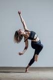 Молодой красивый танцор представляя в студии Стоковая Фотография RF