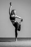 Молодой красивый танцор представляя в студии Стоковое Изображение RF