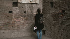 Молодой красивый турист в холме Palatine в Риме, Италии, принимая во внимание античная астетическая настенная живопись старого акции видеоматериалы
