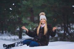 Молодой красивый усмехаясь портрет девушки в лесе зимы Стоковые Фотографии RF