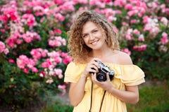 Молодой красивый фотограф идя вокруг города Стоковые Изображения RF
