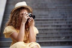 Молодой красивый фотограф идя вокруг города Стоковое Фото