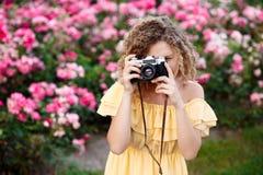 Молодой красивый фотограф идя вокруг города Стоковые Фотографии RF