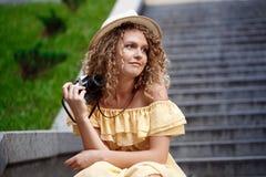 Молодой красивый фотограф идя вокруг города Стоковое Изображение RF