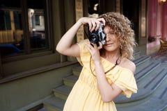 Молодой красивый фотограф идя вокруг города Стоковые Изображения
