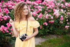 Молодой красивый фотограф идя вокруг города Стоковая Фотография