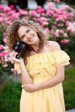 Молодой красивый фотограф идя вокруг города Стоковая Фотография RF