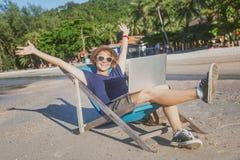 Молодой красивый фрилансер путешественника битника женщины с компьтер-книжкой дальше Стоковое Фото