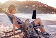 Молодой красивый фрилансер путешественника битника женщины с компьтер-книжкой дальше Стоковое фото RF