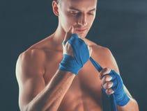 Молодой красивый человек боксера изолированный на черной предпосылке Стоковые Фото