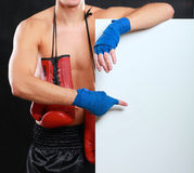 Молодой красивый человек боксера стоя близко доска, изолированная на черной предпосылке Стоковое Изображение RF