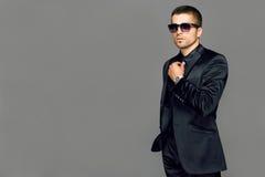 Молодой красивый человек в костюме стоковое изображение rf