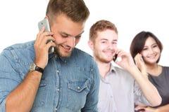 Молодой красивый человек используя мобильный телефон для того чтобы вызвать стоковое фото