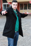 Молодой красивый человек представляя в черном пальто зимы нося Sunglas Стоковая Фотография