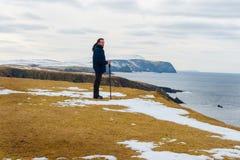 Молодой красивый человек смотря вне к морю, St Ninian, островам Shetland Стоковое фото RF