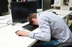 Молодой красивый человек speeping на клавиатуре Стоковые Изображения