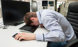 Молодой красивый человек speeping на клавиатуре Стоковое Изображение RF