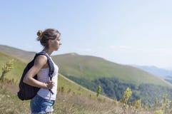Молодой, красивый hiker девушки с рюкзаком Стоковое фото RF