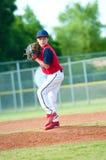 Молодой кувшин бейсбола мальчика Стоковые Фото
