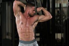 Молодой культурист изгибая мышцы Стоковое фото RF