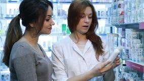 Молодой клиент порции аптекаря видеоматериал