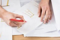 Молодой мастер делая дизайн из новой мебели на бумаге Стоковые Фотографии RF