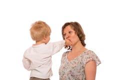 Молодой мальчик давая конфету к ее матери Стоковые Изображения RF