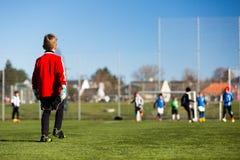 Молодой мальчик во время футбольного матча Стоковые Фотографии RF