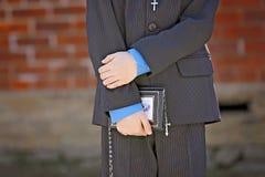 Молодой мальчик держа библию вручает близко вверх Стоковая Фотография