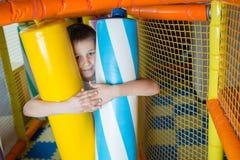 Молодой мальчик держа столбцы покрашенные игрушки Стоковое Фото