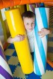 Молодой мальчик держа столбцы покрашенные игрушки Стоковые Фотографии RF