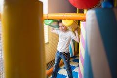 Молодой мальчик держа столбцы покрашенные игрушки Стоковые Изображения RF