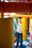 Молодой мальчик держа столбцы покрашенные игрушки Стоковые Фото