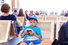 Молодой мальчик забавляя ждать полет Стоковые Фотографии RF