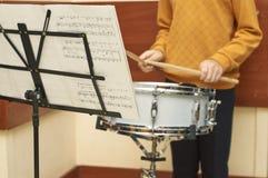 Молодой мальчик играя барабанчик Стоковая Фотография