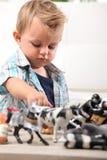 Молодой мальчик играя с игрушками стоковые фото