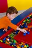 Молодой мальчик играя с строительными блоками Стоковые Фотографии RF