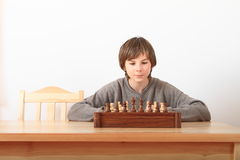 Молодой мальчик играя шахмат стоковые изображения