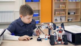 Молодой мальчик инженера играя игрушку конструкции видеоматериал