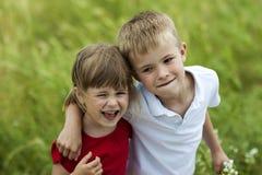 Молодой мальчик и брат и сестра девушки совместно смеясь над счастливо Стоковое Изображение RF
